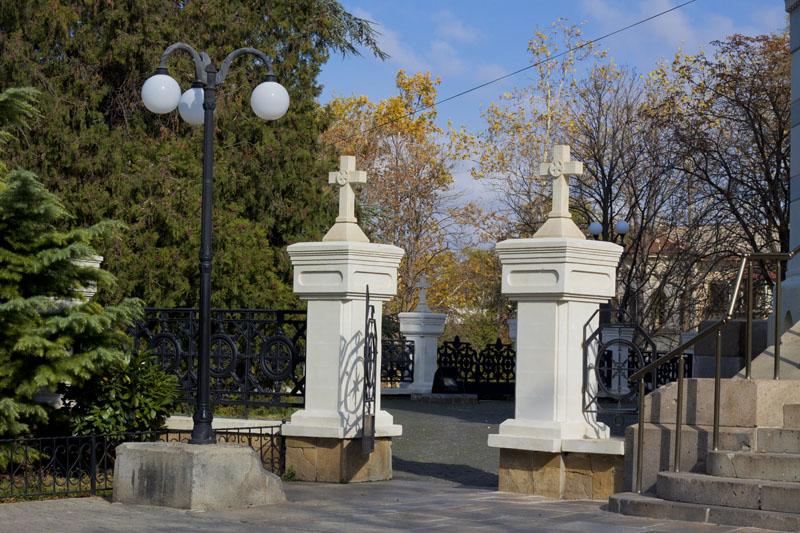 Ворота у Владимирского собора в Севастополе