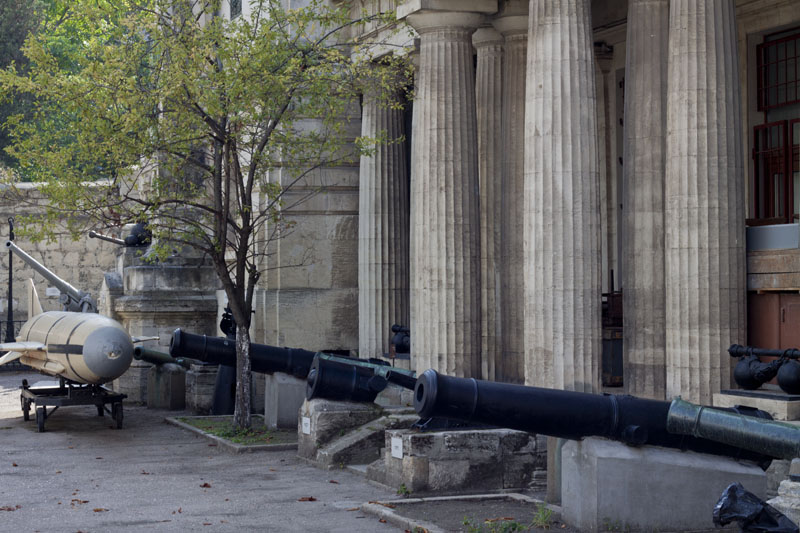 Пушки у музея Черноморского флота в Севастополе