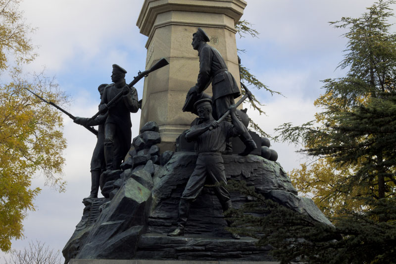 Солдаты на памятнике Тотлебену в Севастополе