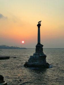 Памятник затопленным кораблям в Севастополе на закате
