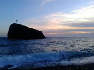 Скала святого явления на Яшмовом пляже на Фиоленте