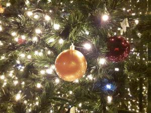 Новогодние украшения на елке в Севастополе