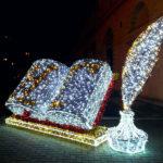 """Новогоднее украшение """"Книга"""" на площади Ушакова в Севастополе"""