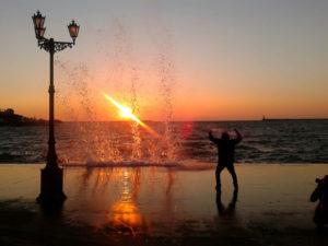Шторм на набережной Севастополя в Крыму