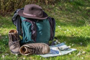 Рюкзак туриста с картой, ботинками и шляпой