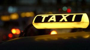 """Горящая надпись """"Такси"""" на автомобиле"""