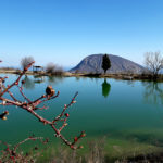 Затопленный карьер и гора Аю-Даг в Крыму
