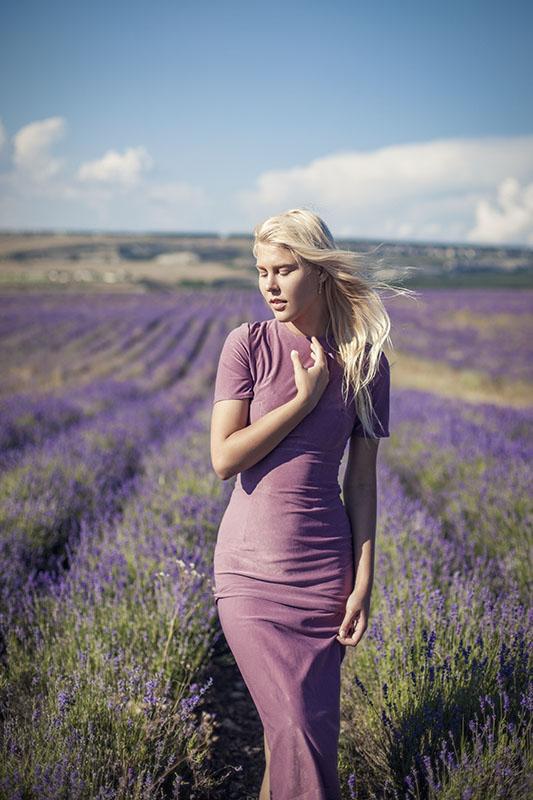 Девушка в лавандовых полях в Крыму