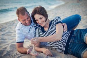 Влюбленные на песочном пляже Тарханкута в Крыму