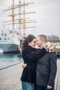 Влюбленная пара на Графской пристани в Севастополе на фоне парусника Херсонес