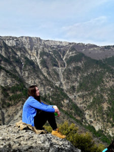 Девушка в горах Крыма