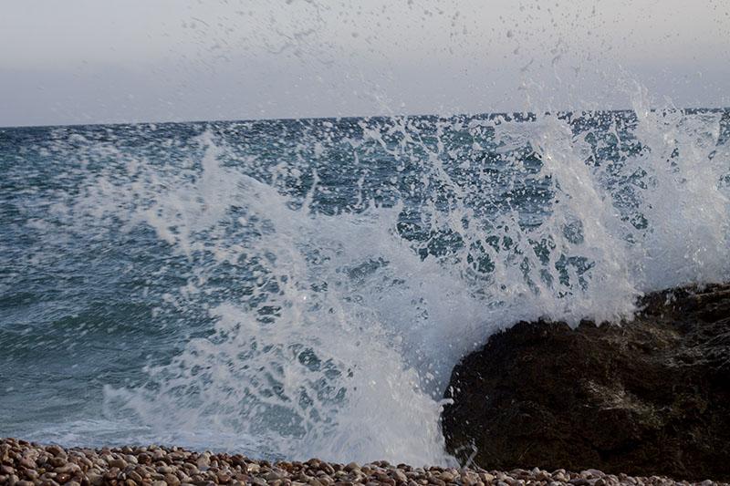 Брызги на пляже Васили в Севастополе в Крыму