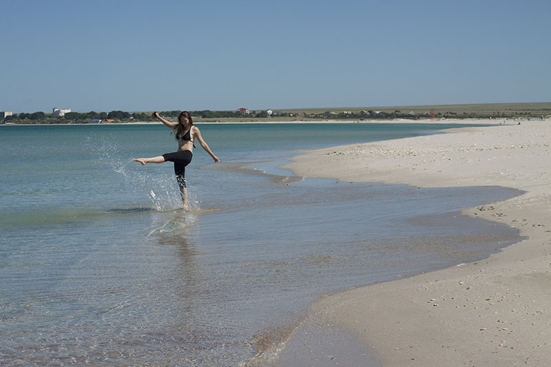 Девушка на пляже в поселке Оленевка на Тарханкуте в Крыму