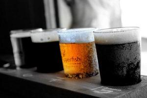 Стаканы с темным и светлым пивом