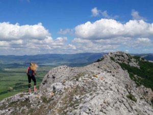 Девушка в горах в Крыму