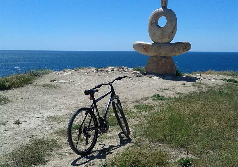 Велосипед и скульптура Мыслитель на Тарханкуте в Крыму