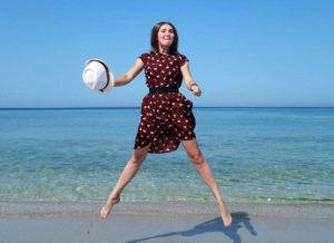 Девушка прыгает на пляже в Оленевке в Крыму