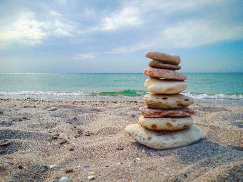 пирамида из камней на пляже Майами в Оленевке в Крыму