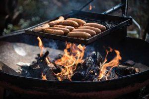 Сосиски жарятся на пикнике