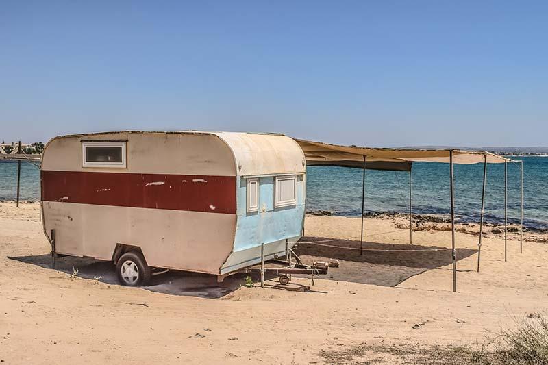 Дом на колесах на берегу
