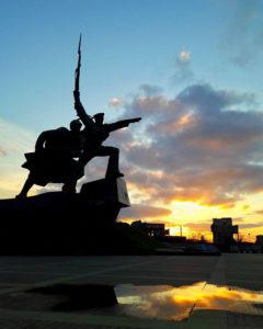 Закат у памятника Матросу и Солдату в Севастополе