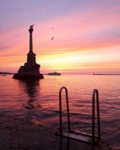 Закат у памятника затопленным кораблям в Севастополе