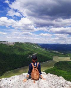 Девушка на мысе Дырявый в пещерном городе Мангуп-кале в Крыму