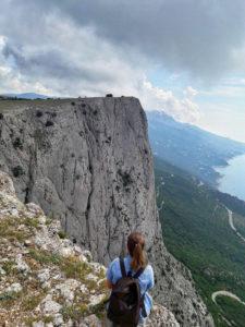 Девушка на краю скалы на Форосском канте в Крыму