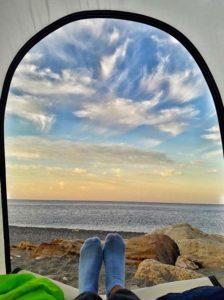 Рассвет из палатки на Яшмовом пляже в Крыму