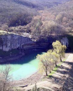 Вид на озеро и водопад Мердвен-Тобе