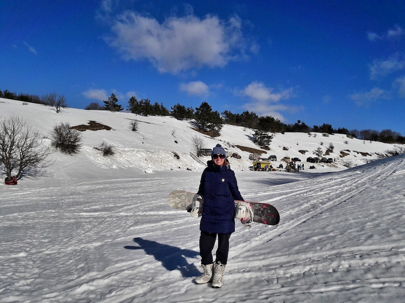 Девушка со сноубордом на Ай-Петри в Крыму зимой