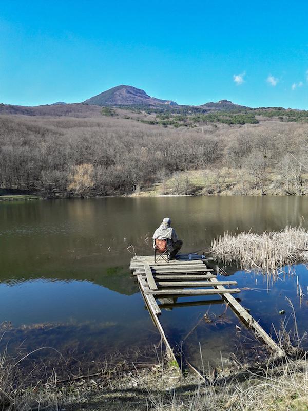 Озеро с видом на горы в Краснокаменске в Крыму