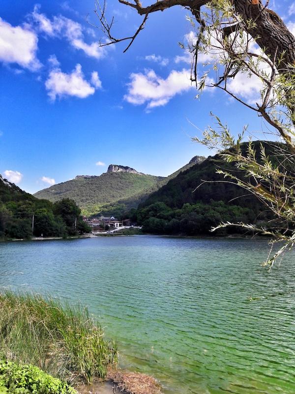 Девьчье озеро у пещерного города Мангуп-кале в Крыму