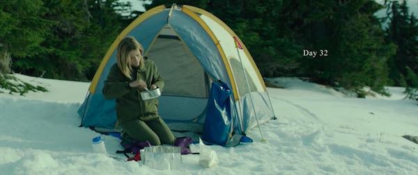 """Кадр из фильма """"Дикая"""" героиня ест рядом с палаткой"""