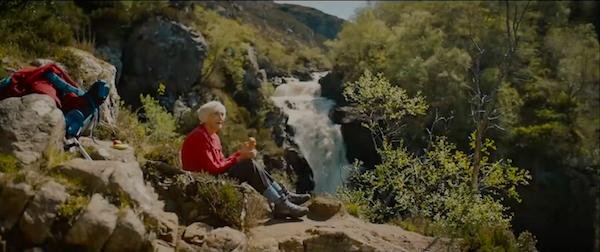 """Кадр из фильма """"Идди"""" у водопада"""
