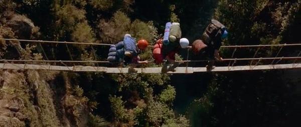 """Кадр из фильма """"Лето белой воды"""" дети идут по подвесному мосту"""