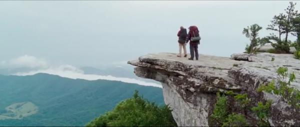 "Кадр из фильма ""Прогулка по лесам"" туристы на горе"