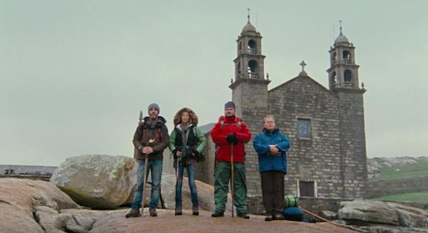 """Кадр из фильма """"Путь"""" паломники у церкви"""