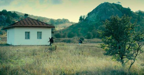 """Кадр из фильма """"Шапито-шоу"""" домик в горах"""