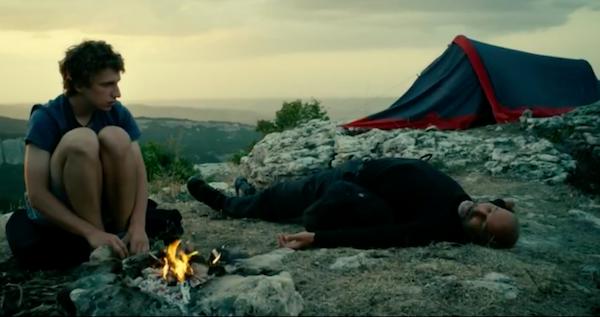 """Кадр из фильма """"Шапито-шоу"""" туристы с палаткой в горах"""