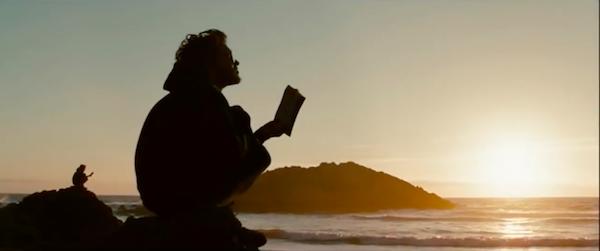 "Кадр из фильма ""В диких условиях"" юноша с книгой на закате"