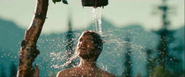 """Кадр из фильма """"В динах условиях"""" молодой человек в душе"""