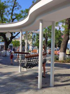 Гамаки на площади Ушакова в Севастополе