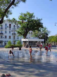 Фонтан и дети на площади Ушакова в Севастополе