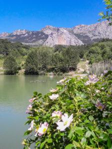 Озеро с видом на скалу Шана-Кая